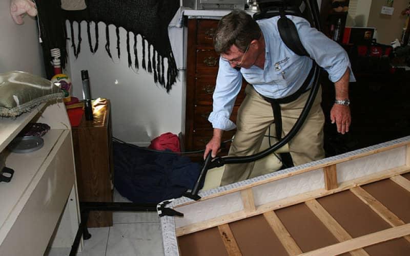 Обработка матраса кровати при дезинфекции клопов