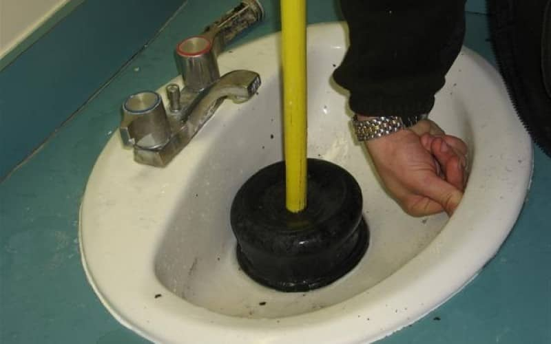 Промыть засор в раковине без помощи сантехника